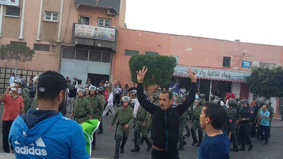 Photo of السلطات تفرق وقفة احتجاجية سلمية بقوة وعنف