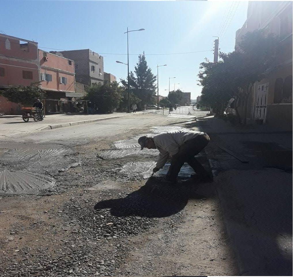 Photo of مواطنون بمدينة اليوسفية يتطوعون لترقيع شوارعهم بعد أن بلغت استجداءاتهم النفق المسدود