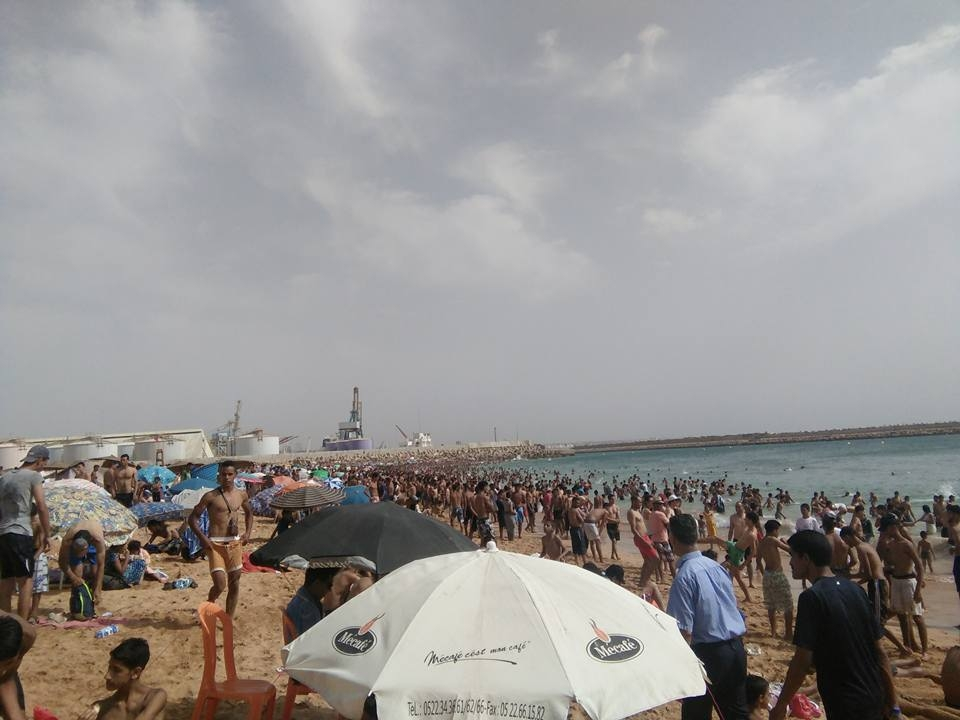 Photo of من يوقف مهزلة احتلال شاطئ أسفي من طرف أصحاب المظلات ..؟