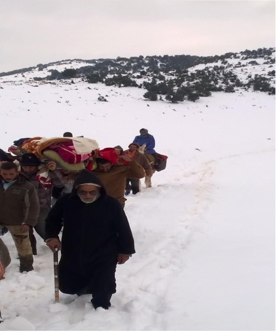 Photo of خنيفرة / مواطن مريض ينقل على الأكتاف 15 كيلومترا وسط الثلوج
