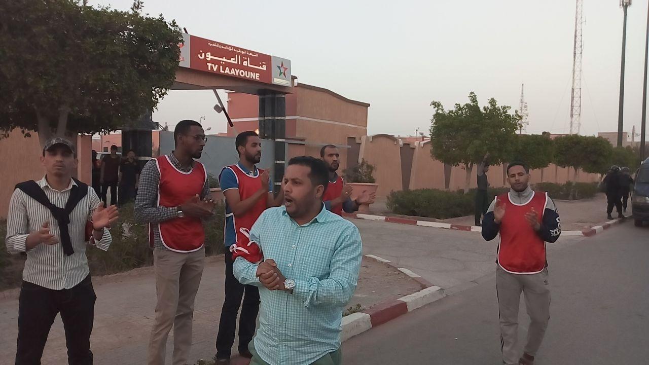Photo of وقفة احتجاجية أمام مقر قناة العيون ردا على المغالطات التي سوقها وزير الطاقة والمعادن