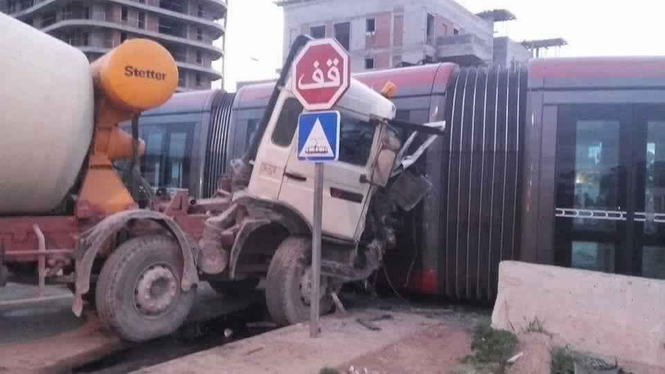 """Photo of الدار البيضاء – اصطدام خطير بين عربة """"الترامواي"""" وشاحنة الإسمنت"""