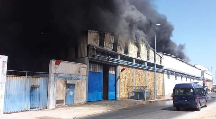 Photo of حريق ضخم يشب بمعمل للكبار بأسفي